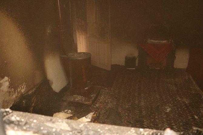 Ev yangınında engelli genç son anda kurtarıldı