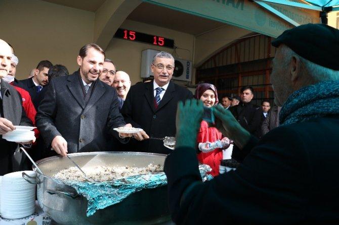 Bakan Albayrak Kahramanmaraş'ta etli pilav dağıttı
