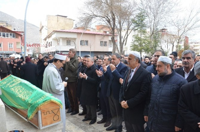 Sinop Valisi Şakalar'dan annesine son görev