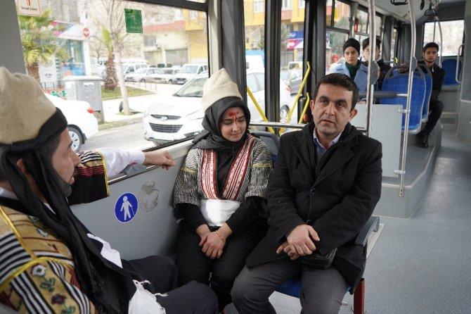 """Halk otobüsünde yolculara """"Sütçü İmam"""" ve """"Senem Ayşe"""" sürprizi"""