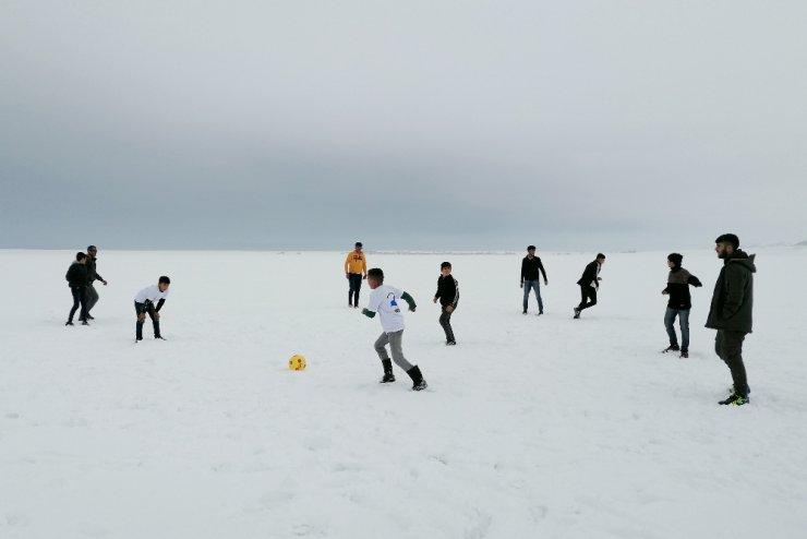 Donan göl üzerinde futbol keyfi