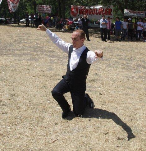 ATATÜRK'E BENZERLİĞİ İLE ŞAŞIRTIYOR